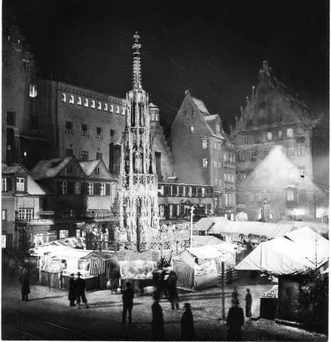 Na foto de 1938, antes do início da Segunda Guerra Mundial, vê-se o Christkindelmarkt com o seu cenário original, com algumas casas menores e o imponente prédio da prefeitura no fundo à esquerda. Este cenário seria alterado drasticamente