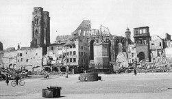 Com o tempo, já com a Alemanha derrotada pelos Aliados, começa o trabalho de remoção dos escombros. Ao fundo se vê que a destruição foi praticamente total, nem as igrejas foram poupadas