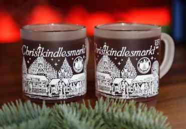 Canequinhas típicas nas quais é servido o Glühwein- vinho quente com especiarias; elas são um belo objeto de coleção, pois a cada ano é lançado um desenho diferente