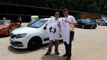 PK e Jefferson Antunes da Renault trocam as camisetas das marcas - foto: Alexander Gromow