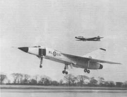 Primeiro vôo, acompanhado por um CF-100, que deveria substituir (avro-arrow.org)
