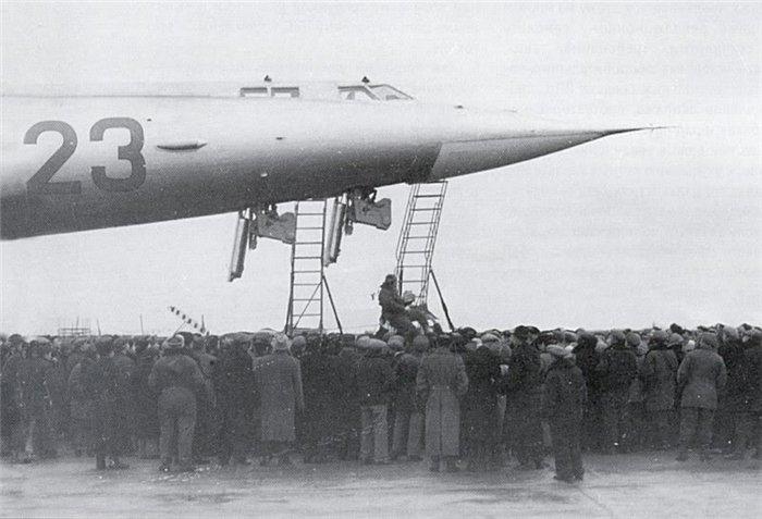 O acesso sui generis à cabine do M-50 (testpilot.ru)