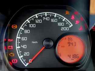 O visor laranja tem nível de combustível e o computador de bordo