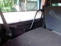 Dobradiças da capota de lona acima da caixa de roda traseira