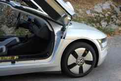 Mola a gás da porta semi-escondida atrás da roda