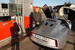 Já? Cheio? Meu amigo Henrik nunca colocou tão pouco combustivel num carro antes
