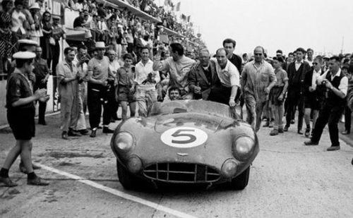 Shelby e Salvadori ao vencer a 24 de Le Mans com o DBR1 (foto: seabuddyonboats.com)