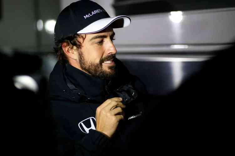 Fernando Alonso ainda sente dores no joelho direito. Se correr no Bahrein usará carro e motores novos (Foto McLaren)