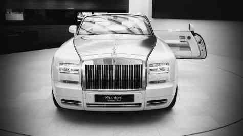 "Showroom Rolls-Royce, um belo Phantom Drophead com sua exclusiva porta ""suicida"""