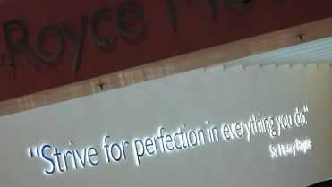 """Showroom Rolls-Royce, """"Esforce-se pele perfeição em tudo o que fizer"""", Sir Henry Royce"""