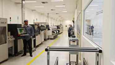 A linha de montagem das placas, 100% automatizada