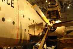Boneco mostra tamanho do avião
