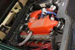 O quatro-cilindros turbo do Esprit; átrás dele há espaço para malas pequenas