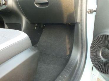 Atrás dessa tampa, que é também o apoio de pés do passageiro, deveria estar o sistema para enchimento dos pneus