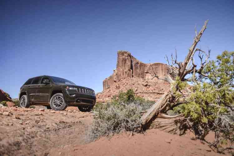Jeep Grand Cherokee 75th Anniversary com Quadra Lift no modo Off-Road 2, repare no maior vão livre do solo. Foto: divulgação