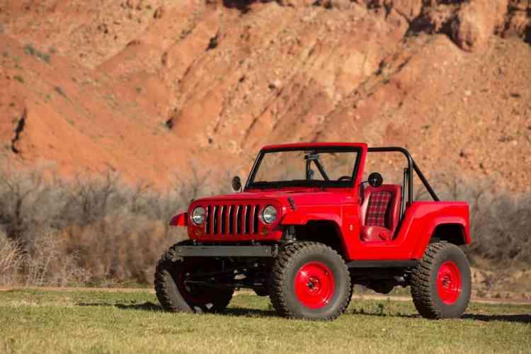 """Jeep Shortcut - uma releitura do mais famoso dos Jeeps - o CJ5. Baseado num Jeep Wrangler, teve seu comprimento encurtado em 66cm, levantado em 5cm e com frente, para-choques e capô modificados para ficar uma perfeita homenagem a essa lenda no mundo dos 4x4. Powertrain com motor à gasolina V-6, Pentastar, 3,6l e 285CV acoplado à um câmbio de 5 velocidades e eixos Dana 44, com rodas de 17"""" e pneus off-road de 35"""". Na parte interna simplicidade e funcionalidade foram as inspirações. Sentar nesse conceito é como reviver o passado, mas com uma mecânica atual e vigorosa. Anda muito bem e curtinho fica ótimo para as trilhas mais travadas e radicais. Anda forte e dá uma enorme sensação de liberdade. Foto: divulgação"""