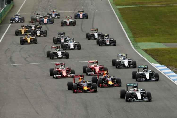 Hamilton, Ricciardo e Verstappen aproveitaram o erro de Rosberg na largada (Foto Mercedes)