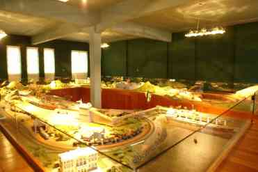 Maquete de estrada de ferro dentro do museu da Vale
