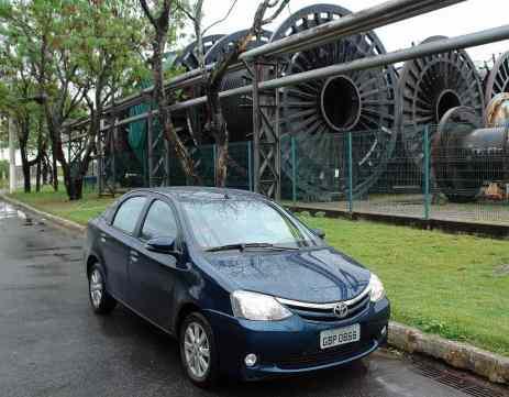 Ao lado de carretéis de mangueiras para exploração de petróleo, fábrica no porto de Vitória