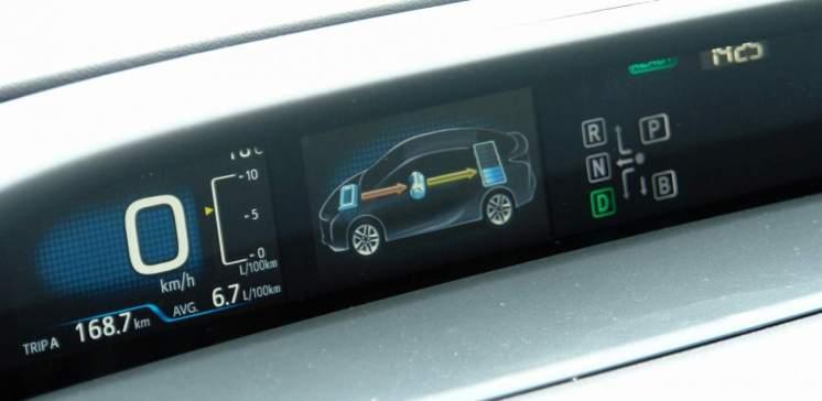 Motor a gasolina ativando gerador para carregar bateria, com o carro parado