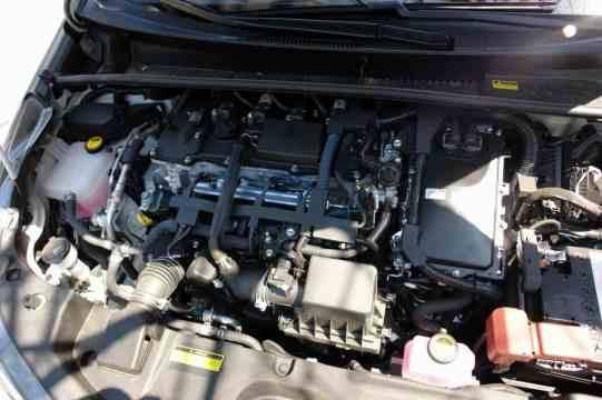 Motor elétrico abaixo da PCU, caixa do lado direito da foto