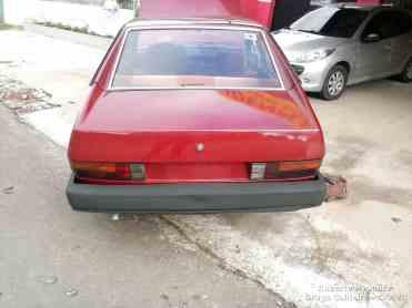 Visto de trás o carro estava sem nenhum indicativo de modelo – pois o carro foi repintado abaixo dos vidros e os logotipos não foram recolocados