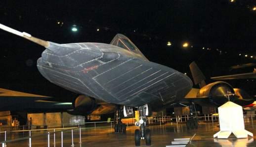 Note as linhas claras na foto com flash, delimitando as várias peças da fuselagem (autor)