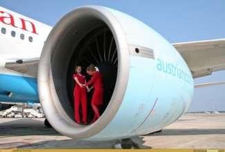 Para se ter uma noção do diâmetro do fan: duas aeromoças na boca do fan do GE90 do Boeing 777 (www.pinterest.com)