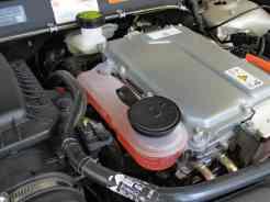 Na direita o conjunto motor elétrico e gerador, na esquerda, fluído de arrefecimento para esses componentes. A transmissão fica abaixo deles