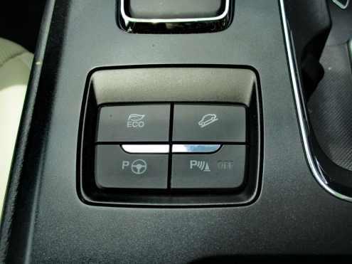 Condução econômica, controle de descida íngreme, assistente de estacionamento e aviso de proximidade, acionados nas teclas no console