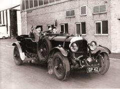 Villiers e o filho Charles, a bordo do seu Blower Bentley, na Califórnia