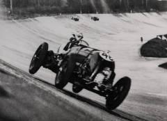 Tim Birkin com o primeiro Blower Bentley em Brooklands. Note as rodas fora do solo
