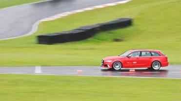 No molhado, a RS 6 Avant é pura precisão