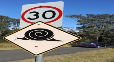 Placa que indica limite de velocidade de 30 km/h e o perigo de travessia de caracóis em Mount Annan, próximo a Sydney (TORSTEN BLACKWOOD/AFP/Getty Images)
