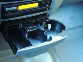 O útil porta-copos/porta-objetos e o tacógrafo digital