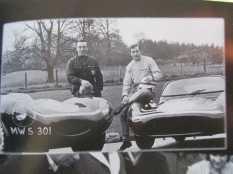 O irmão mais velho à esquerda, com Jaguar D-Type, e Jackie em um Tojeiro-Buick