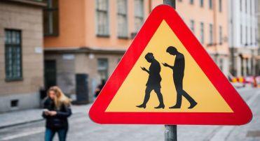 Placa de rua de Estocolmo chama a atenção para a presença de pedestres atentos aos próprios telefones celulares (JONATHAN NACKSTRAND/AFP/Getty Images)
