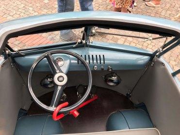 """O """"cockpit"""" é muito caprichado, com velocímetro e tudo mais. Mas as coisas por lá exigem cuidado, como a trava de direção bem indica - (Foto: Ighör Tóht)"""