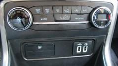 Comandos de ventilação, tecla para desligar controle de tração e duas tomadas USB sempre iluminadas