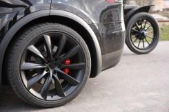Opção de rodas de 22 pol. e pneus esportivos custam 6.500 euros; o Baker tem pneus 4 x 33 pol.