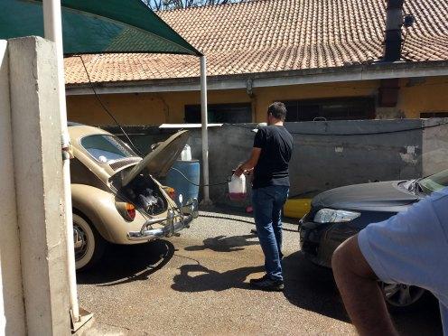 Até o próprio dono do posto pôs mãos a obra e deu uma força na lavagem do motor (Foto: autor)