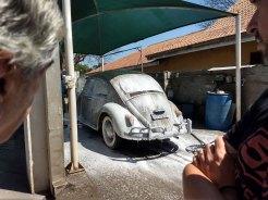 Agora é a vez do resto do carro ser lavado, em primeiro plano, o Bob e o Marcos conferem o procedimento (Foto: autor)