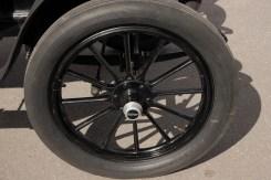 Rodas bem feitas, em que o aro é feito de duas metades cuidadosamente dobradas em fôrma. Freios são apenas nas rodas traseiras. Note-se a pequena bolsa de couro e o lubrificador para a junta do governador