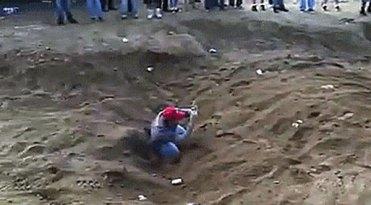 Exemplo da inacreditável estupidez deste espectador que se meteu num rebaixo da pista de arreia fofa para filmar a passagem de carros sobre a sua cabeça (Fonte: Site OffRoad)