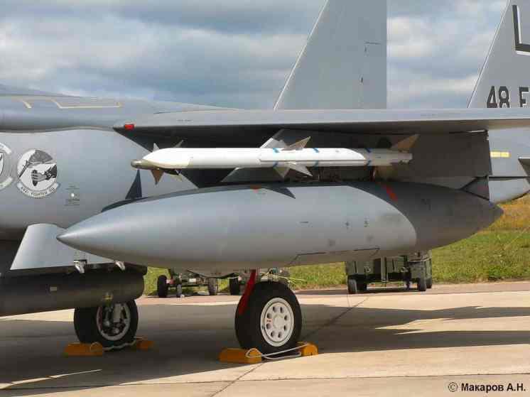 Tanque sob a asa tem 2.300 litros de capacidade (britmodeler)