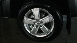 A roda de 18 polegadas de série na V-6