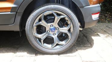 Belas rodas, porém proporcionalmente pequenas em relação ao volume do veículo