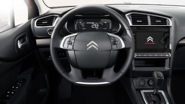 Ótima posição de dirigir e tecla de partida do motor em local visível