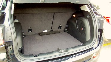 Bom porta-malas de 410 liitros; encosto do banco traseiro é dividifo 60:40, melhor se fosse 40:60