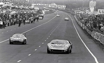 SP66 junto com o GT40 na reta de chegada de 1966 (Motorsport)